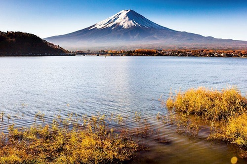 https%3A%2F%2Feditorial.azureedge.net%2Fimages%2FMacroeconomics%2FCountries%2FAsia%2FJapan%2Fforeground is a grass see view top of mt fuji 44510422 Large